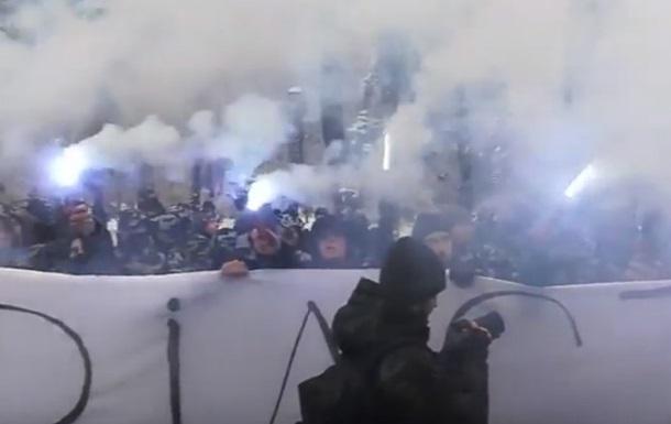 Під Радою мітингувальники запалили фаєри