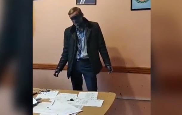 У Житомирі чиновника облили зеленкою прямо в кабінеті