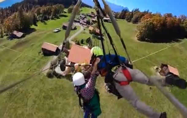 Турист полетал на дельтаплане, вися на руках