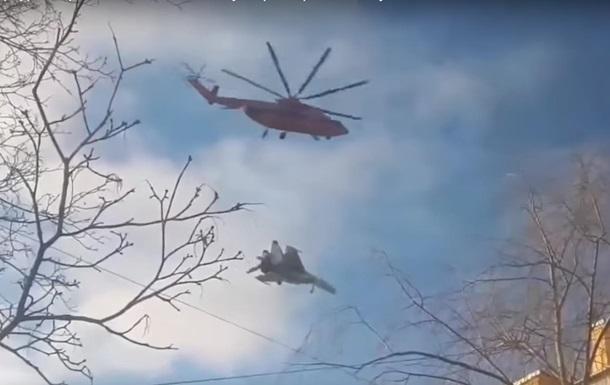 На відео потрапило перекидання Су-27 вертольотом