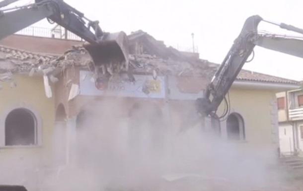 В Італії глава МВС на екскаваторі зруйнував віллу мафії