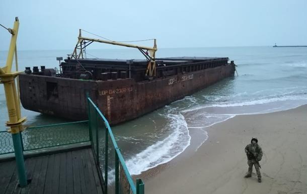 У Чорному морі зі знятої з мілини баржі вивантажили всі сигарети