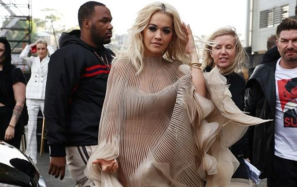 Rita Ora lit her butt on the red carpet