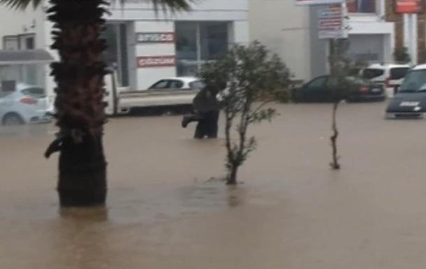 Мощное наводнение в Турции заблокировало дороги