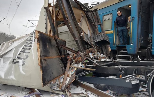 У Харківській області вантажівка зіткнулася з поїздом
