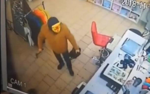 В Кривом Роге в магазин ворвался с топором грабитель в маске тигра