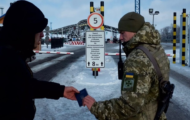 Поток россиян в Украину уменьшился в два раза