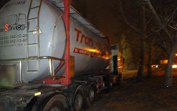 В Днепре иностранец слил сотни литров топлива из грузовика