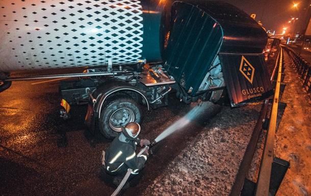 В Киеве бензовоз влетел в отбойник и перегородил дорогу