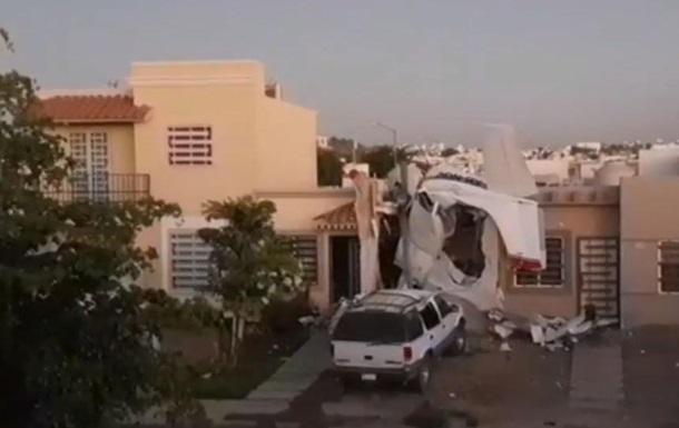У Мексиці літак впав на житловий будинок, є загиблі
