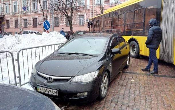 В центре Киева  герой парковки  заблокировал движение транспорта