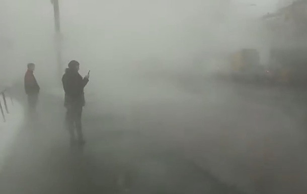 Прорив труби: проспект в Києві затягнуло туманом