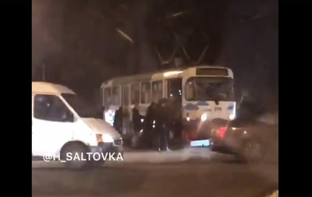 В Харькове пассажиры толкали трамвай