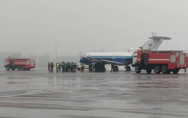 В аэропорту Киев самолет столкнулся с автомобилем