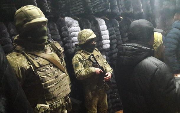 Силовики вилучили сотні шуб в ТРЦ Харкова