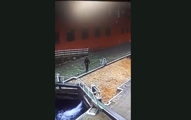 Британец отвлекся на смартфон и упал в канал