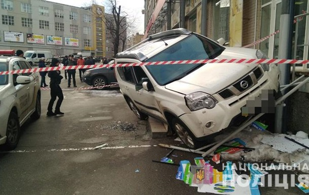 У Києві невідомі зі стріляниною пограбували авто