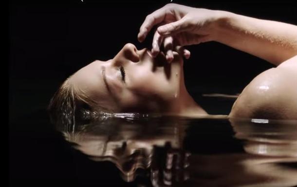 Тина Кароль снялась обнаженной в новом клипе