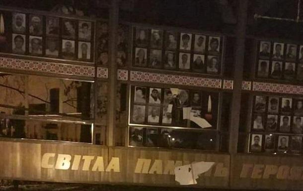 В Хмельницком повредили мемориал героям Небесной сотни