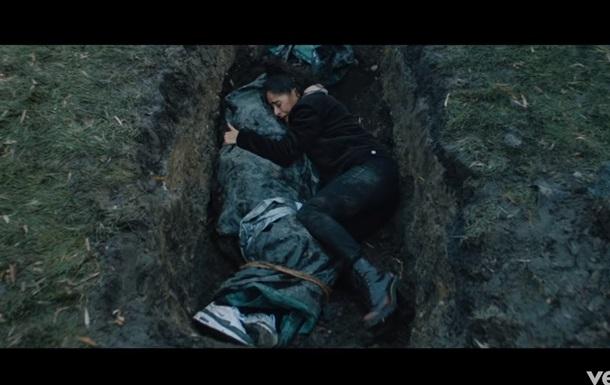 Рэпера Эминема похоронили в новом клипе