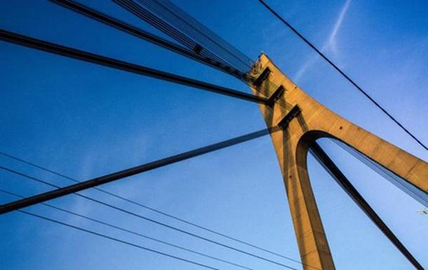 У Києві тимчасово обмежать рух по двох мостах