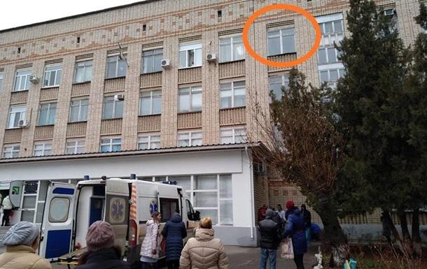В Херсоне мужчина выбросился из окна поликлиники