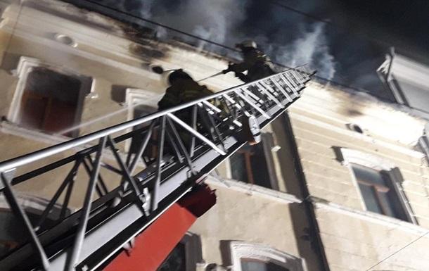 У центрі Чернівців всю ніч гасили пожежу