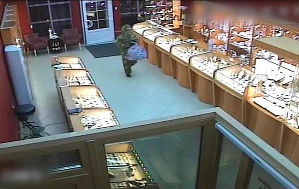 Поліція опублікувала відео пограбування ювелірного в Бахмуті