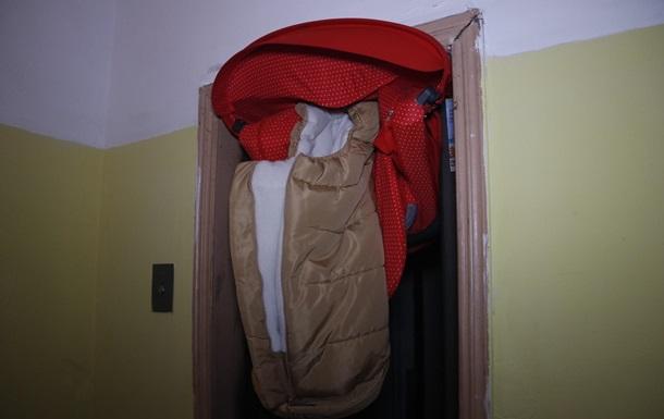 У Києві ліфт ледь не розірвав коляску з дитиною