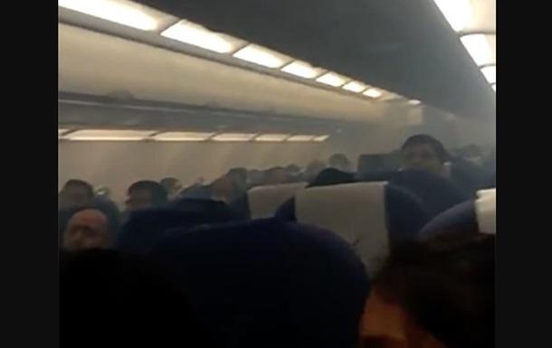 Дим у літаку привів до паніки і евакуації людей