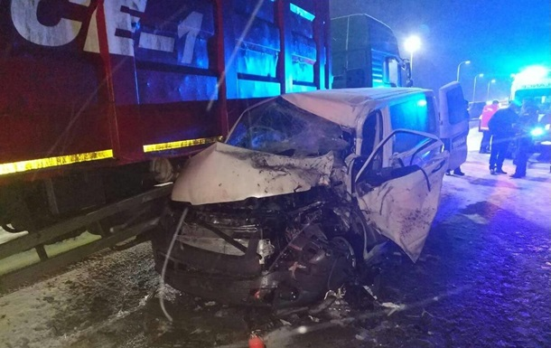 У Львівській області маршрутка потрапила у ДТП: семеро постраждалих