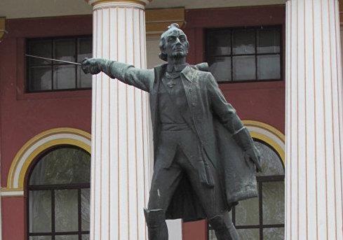 В Киеве демонтируют памятник Суворову перед зданием лицея имени Богуна