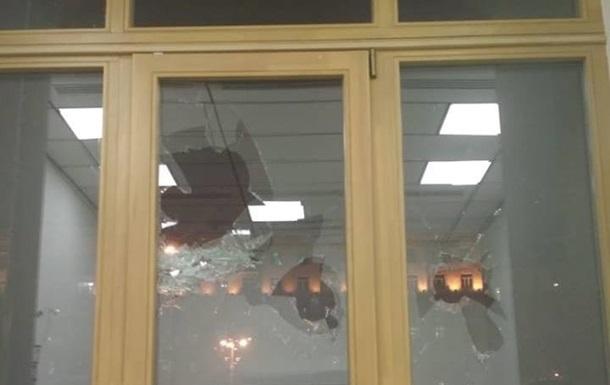 Поліція затримала чоловіка, який розбив вікно в КМДА
