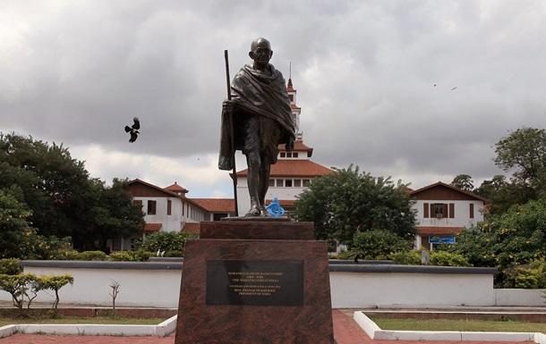 Африканцы обвинили Ганди в расизме и снесли его памятник