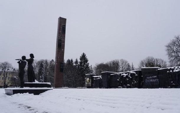 Во Львове начали сносить стелу Монумента славы