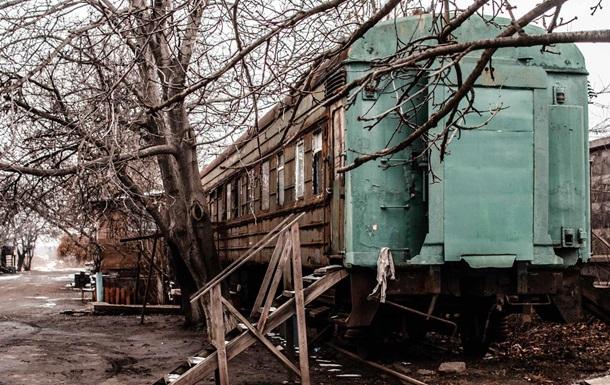 Під Одесою люди намагаються виживати в вагонах
