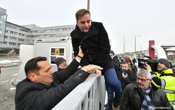 Протести в Угорщині: депутати прорвалися до громадського телеканалу