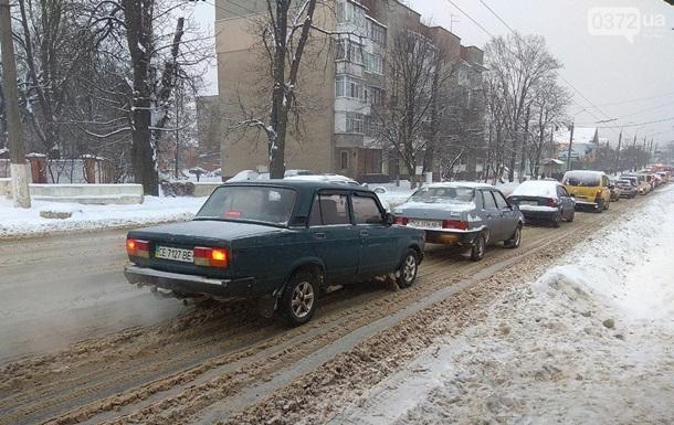 Черновцы засыпало снегом: на дорогах пробки