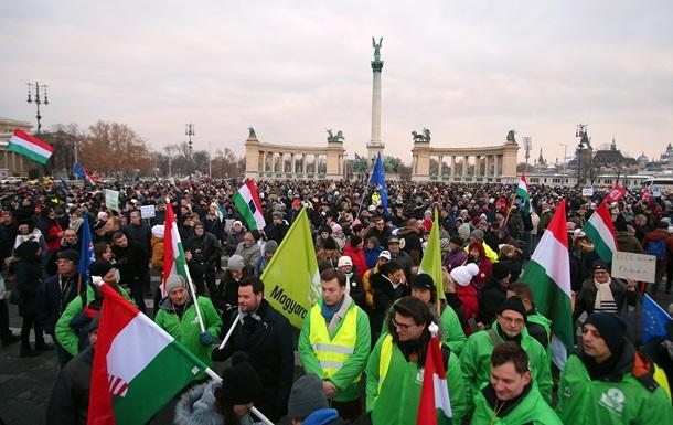 Рабский закон . Тысячи венгров вышли на протесты