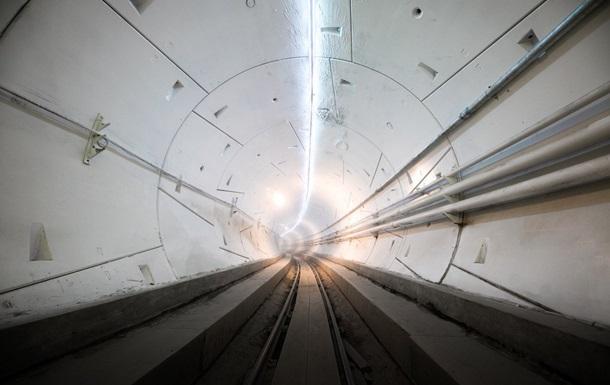 Tesla проехала по тоннелю под Лос-Анджелесом