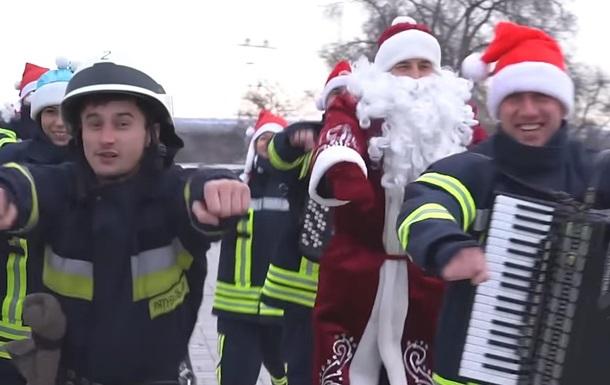 У Дніпрі рятувальники заспівали і зняли новорічний кліп