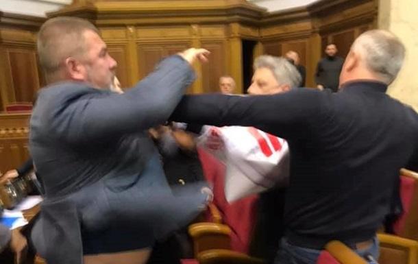 У Раді виникла бійка через плакат з Медведчуком