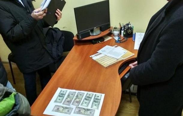 У Черкаській області на хабарі затримано працівника міграційної служби