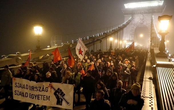 Президент Венгрии подписал  рабский закон , несмотря на протесты