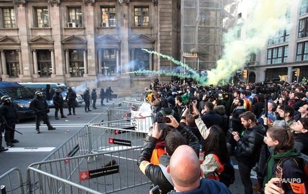 Протесты в Барселоне: более 50 пострадавших, 12 задержанных