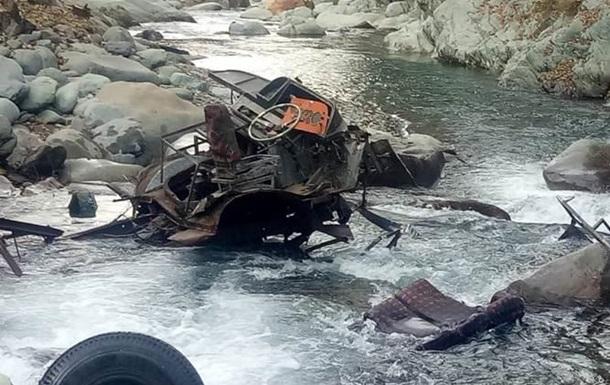 ВНепале 23 человека погибли в итоге падения автобуса вущелье
