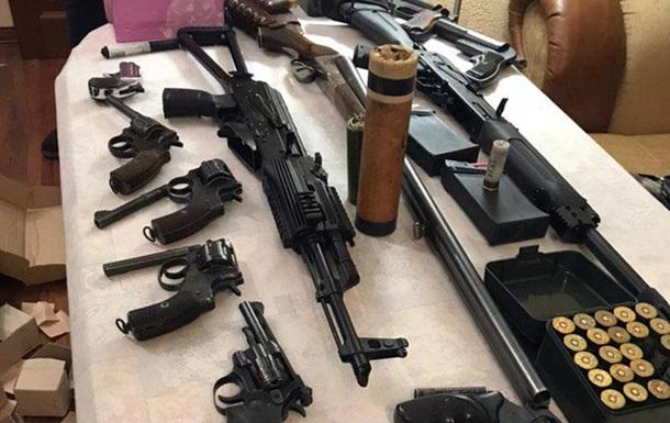 В Киеве у мужчины изъяли арсенал оружия