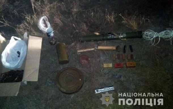 У Новотроїцькому знайшли схованку з боєприпасами