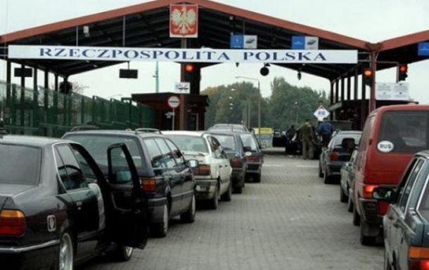Українці їдуть додому: на західному кордоні черги