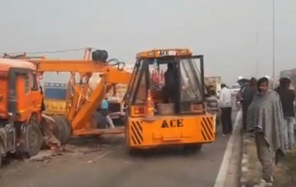 В Індії зіткнулися півсотні авто: є загиблі